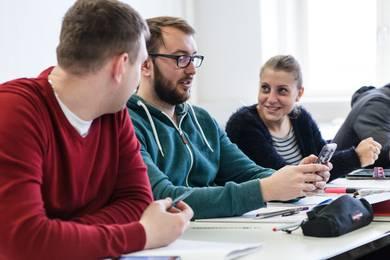 Studierende während eines Seminars im Studiengang Maschinenbau